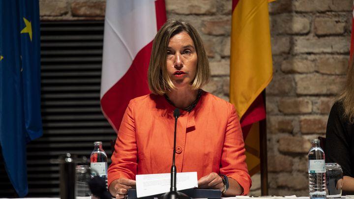 Топ дипломатът на ЕС Федерика Могерини чете изявления след министерската среща във Виена, посветена на ядрената сделка с Иран.
