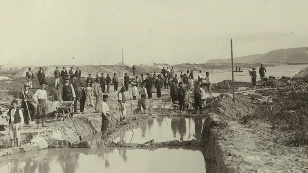 Работници при строежа на временния канал между Варненското езеро и Черно море