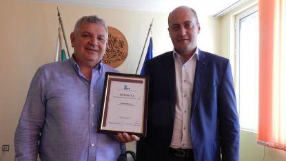 Председателят на ОбС-Видин Генади Велков с грамота от АБГР и областния управител Момчил Станков