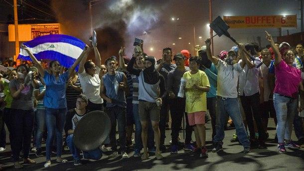 Демонстранти протестират по уличите на столицата Манагуа в петък.