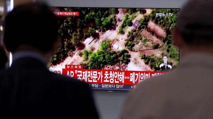 Южнокорейци гледат в Сеул репортаж по телевизията за разрушаването на севернокорейския ядрен полигон.
