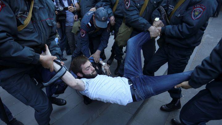 Арест на демонстрант на протестите в Ереван днес