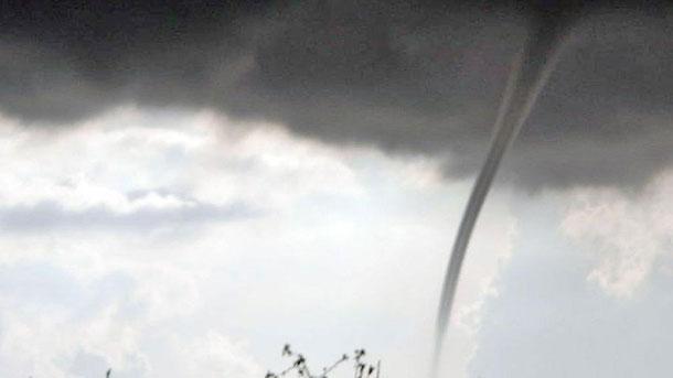 Най-малко 150 души бяха ранени след като торнадо премина през