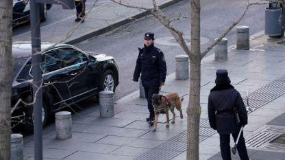 Полицаи патрулират пред мола
