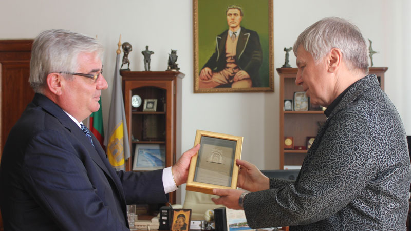 Илко Иларионов (вдясно) получи плакета от кмета на Плевен проф. д-р Димитър Стойков