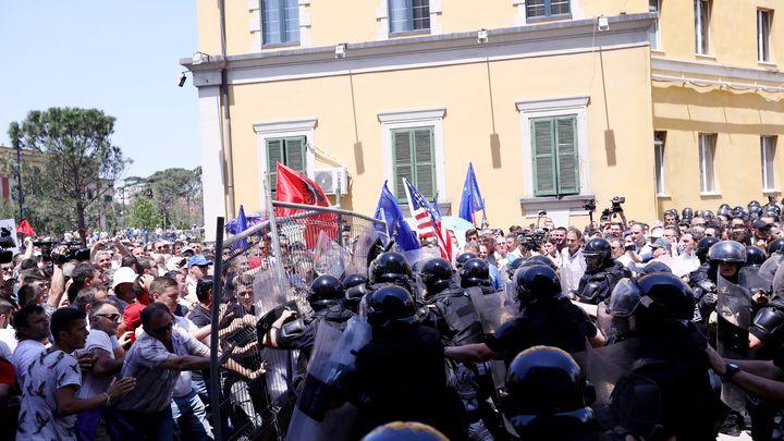 Сблъсъци между силите на реда и опозиционни демонстранти в Тирана.