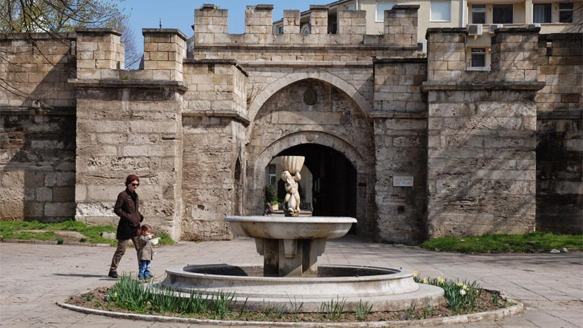 La antigua puerta principal de la fortaleza Stambul Kapia