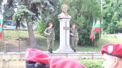 Ритуал пред паметника на Васил Левски в Шумен.