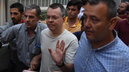 US пасторът Андрю Брънсън (в средата) маха, докато напуска затвор в Измир на 25 юли, след като турски съдия промени мярката му за неотклонение на домашен арест.