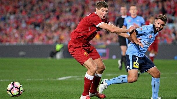 """Със Стивън Джерард (вляво) в състава си """"Ливърпул"""" победи с 3:0 австралийския """"Сидни"""""""