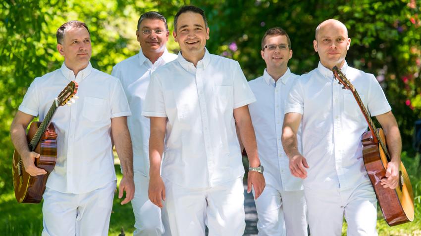Zdravko Yontchev (premier à gauche) avec son groupe ethno-new-age