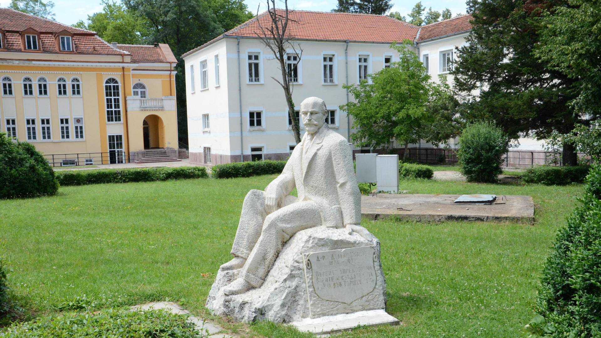Паметникът във Вършец на директора на първата държавна баня д-р Дамян Иванов