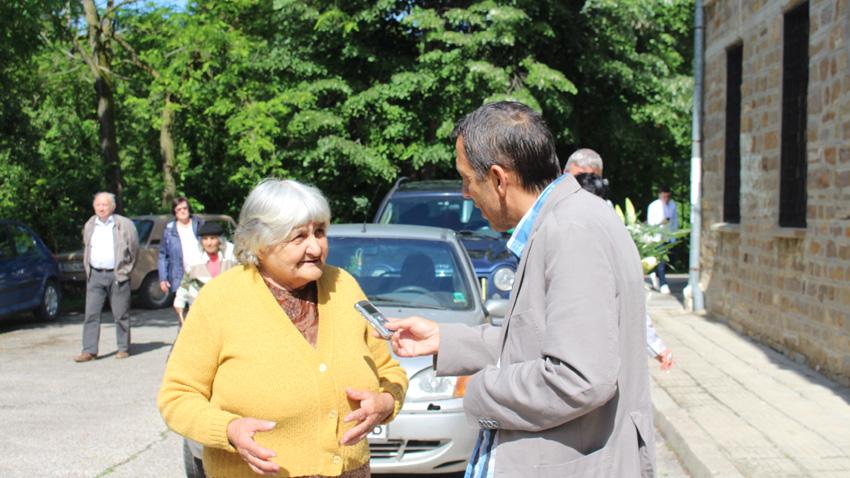 Валери Леков разговаря с баба Петрана от село Зая, Дряновско.