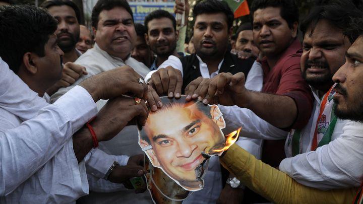 Индийци горят снимка на милиардера Нирав Моди след избухване на скандала с голямата банковата измаме през февруари тази година.
