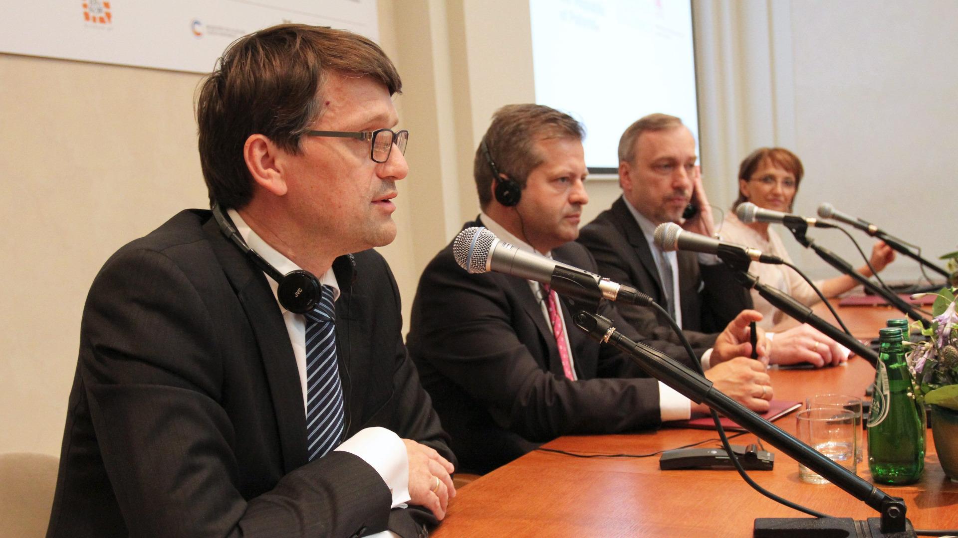 Словашкият министър на културата Марек Мадярич обяви, че подава оставка
