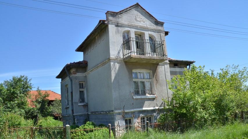 Една от запустелите къщи във Въртоп