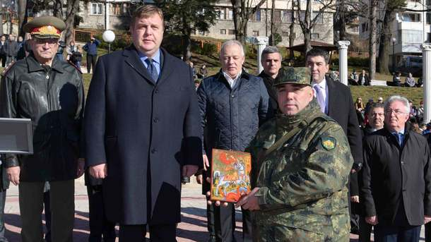 """Министърът на отбраната Красимир Каракачанов участва в тържествена церемония по изпращането на 35-ия контингент на въоръжените сили за участие в мисията на НАТО """"Решителна подкрепа"""" в Афганистан"""