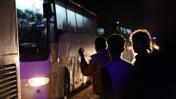 Автобуси с евакуирани от град Дума сирийци пристигат в района на Алепо