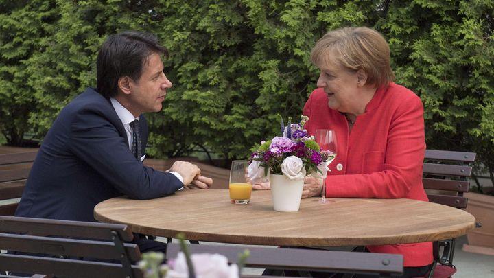Ангела Меркел и Джузепе Конте по време на неформалната част от разговора им в Берлин.