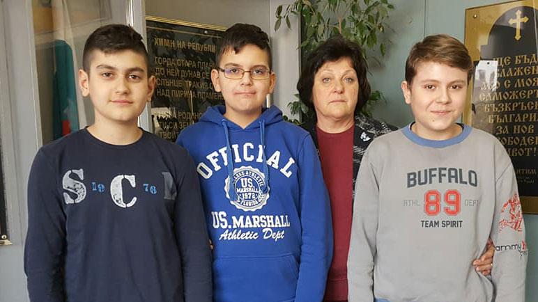 Никола, Христо, Радослав (от ляво надясно) и тяхната преподавателка Валентина Велева