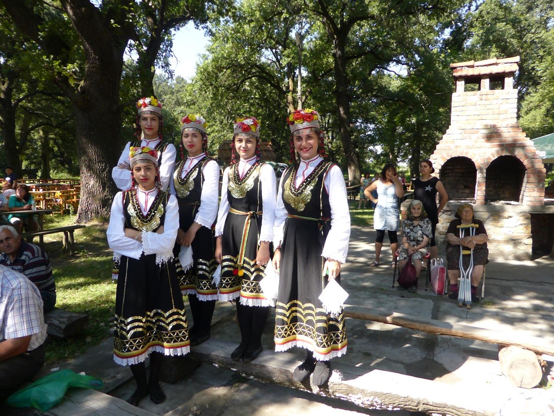 Участници в събора на българското народно наследство в село Градище