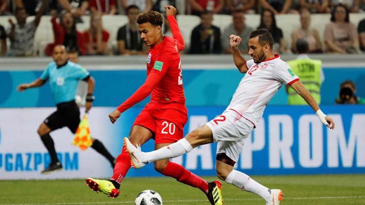 Деле Али (в червено) получи контузия срещу Тунис