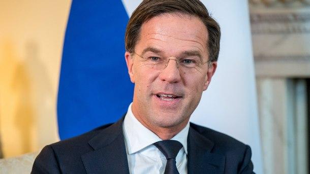 Кабинетът на холандския премиер Марк Рюте оцеля след вот на недоверие.