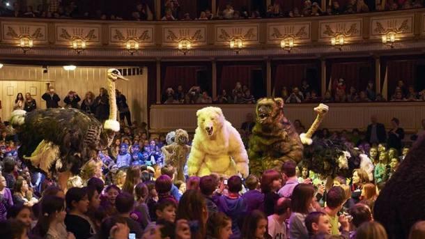 Виенската Щатсопер е театър, койтo определя като приоритетна политика музикалното