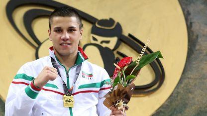 Благой Найденов със златния медал от Световното младежко първенство в София.