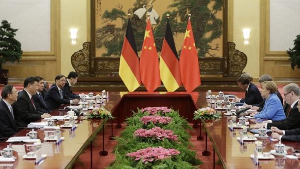 Китайският премиер Ли Къцян заяви след срещата с германския канцлер Ангела Меркел в Пекин, че и двете страни са за свободна глобална търговия