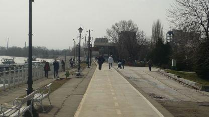 Видинчани се възползваха от хубавото време днес, за да се разходят в Крайдунавския парк в града.