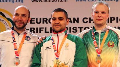 Антон Ризов (в средата) със златния медал на 10 м пневматична пушка от Европейското първенство в Арнем.