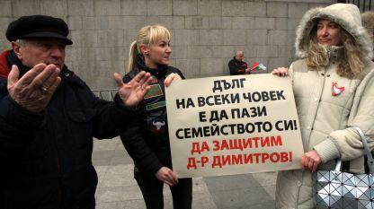 След убийството граждани на Пловдив протестираха с искане докторът да бъде освободен.