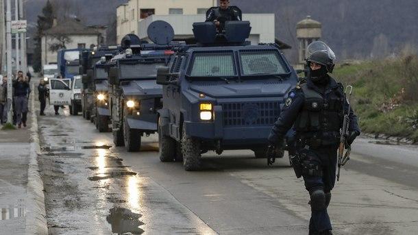 Военен конвой на косовските власти съпровожда задържания сръбски представител Марко Джурич след ареста му заради незаконно влизане в Косово