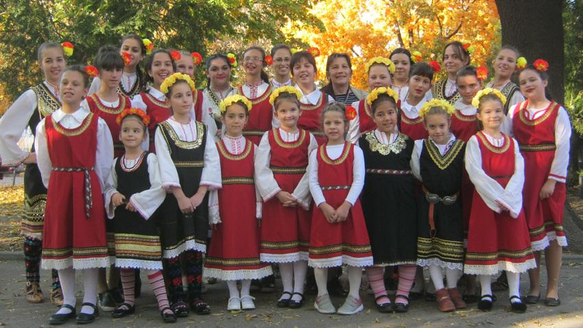 Σνεζάνα Μπορίσοβα ανάμεσα στα παιδιά του φολκλορικού συγκροτήματος στο χωριό Ντόλνι Λόζεν