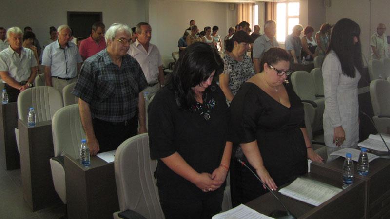 В началото на заседанието съветниците почетоха паметта на местния журналист и хуморист Кръстьо Дамянов