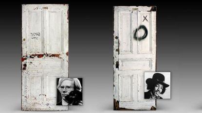 """Две от 50-те врати от прочутия хотел """"Челси"""" в Ню Йорк, които бяха предложени на търг от аукционната къща """"Гърнси""""."""
