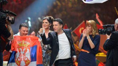 Желко Йоксимович (в средата) е сред най-популярните певци и композитори в Сърбия.
