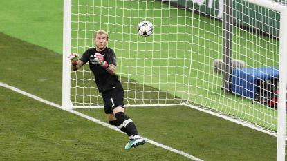 Кариус гледа безпомощно топката, която ще спре за трети път в мрежата му