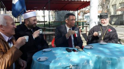 Кметът на Кърджали Хасан Азис и представители на различните вероизповедания ритуално пият заедно кафе