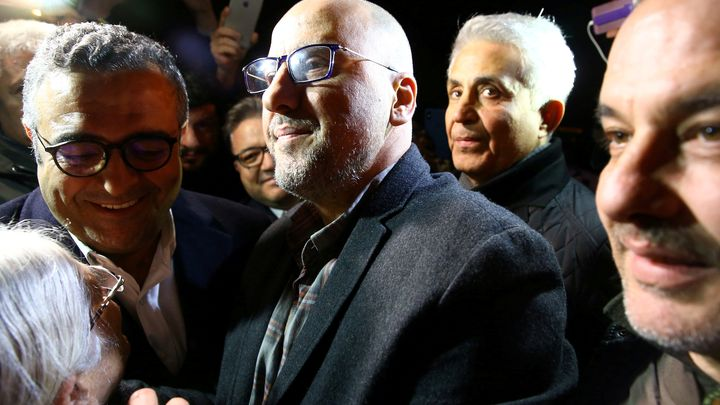 Известният журналист Ахмет Шък (в средата), който миналия месец бе освободен под гаранция, получи присъда от 7,5 години затвор.