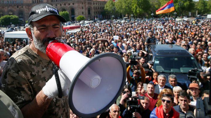 Опозиционният лидер Никол Пашинян говори на поредния протест днес в Ереван.