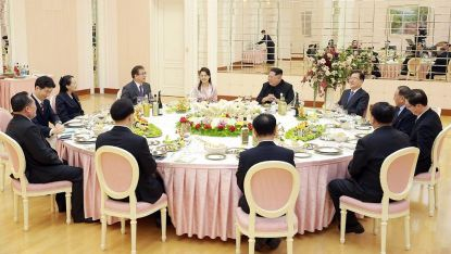 Делегацията на Сеул бе поканена от Ким и съпругата му на вечеря в централата на Корейската трудова партия в Пхенян.