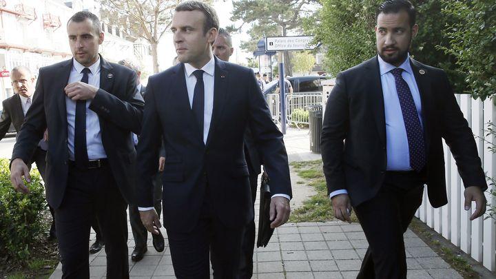 Александър Бенала (вдясно) бе шеф на охраната Еманюел Макрон (в средата) по време на предизборната му кампания през 2017 г.