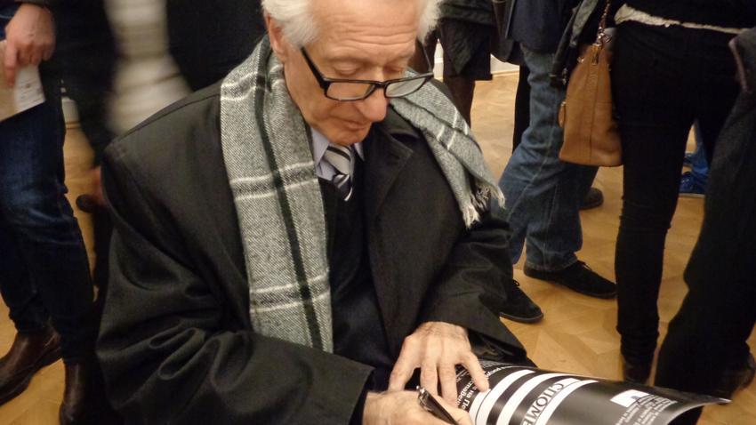 Petır Byaçev'in oğlu Veselin Bayçev, Blene ile ilgili hatıra ve portreleri içeren bir kitabı imzalarken.