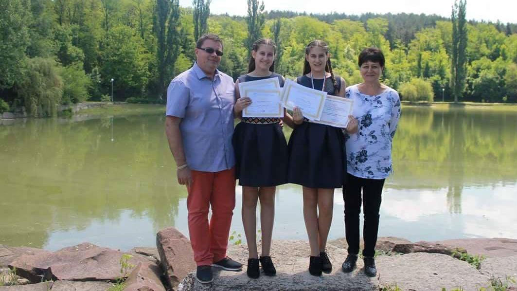 Ася и Симона Андрееви с ръководителите си Венелин Николов и Надя Добрева