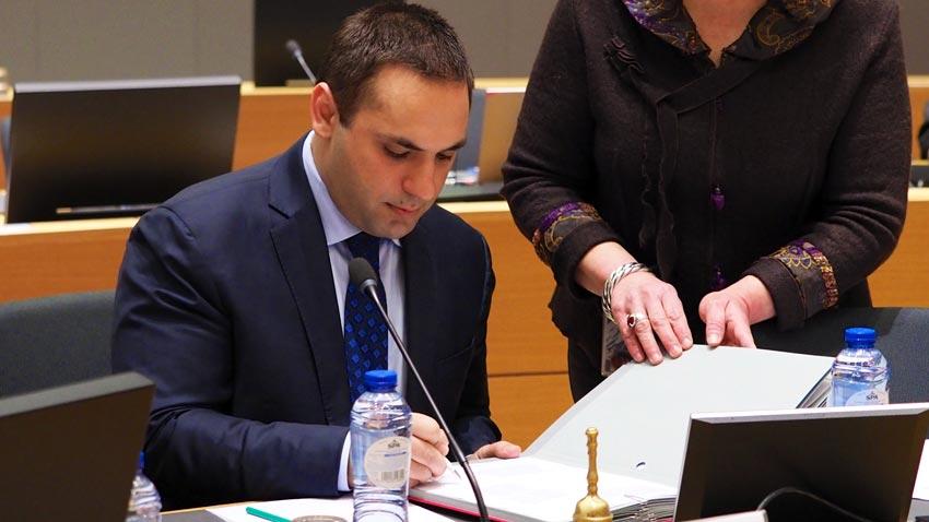 Министърът на икономиката Емил Караниколов подписва от името на България решението на Съвета на ЕС за удължаване на санкциите