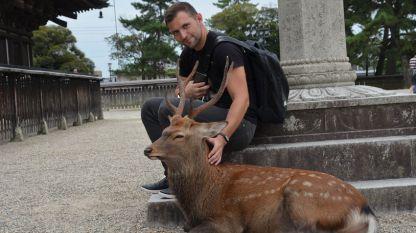 Златимир Йочев гали питомни елени в Япония