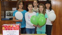Към събраните пари децата от пети клас на видинската на ПМГ