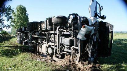 Камион се преобърна край пътя за Казанлък